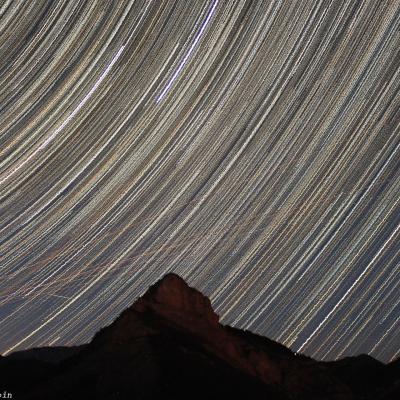 Filé d'étoiles au dessus du Rocher de Pierre-Mont (Alpes)