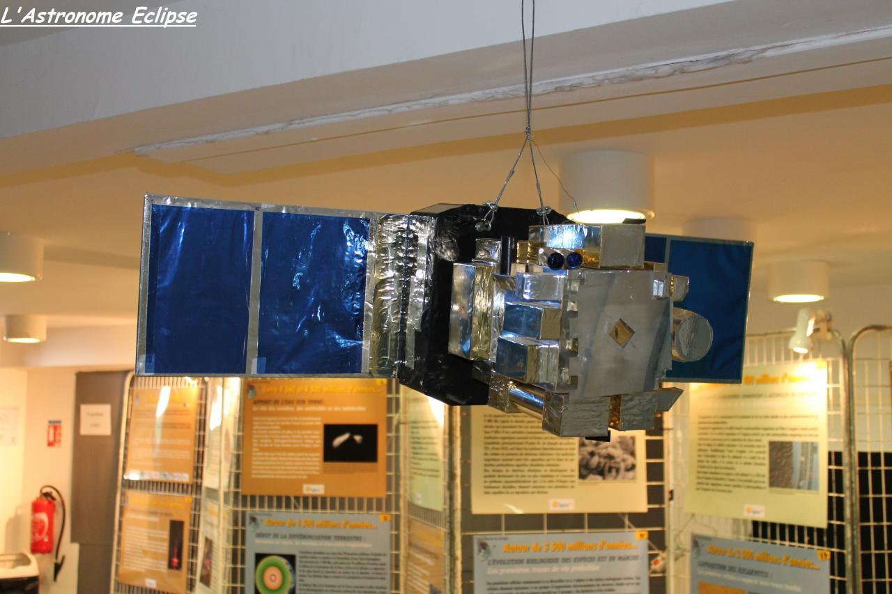 Maquette d'un satellite... (2)