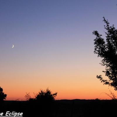 La Lune est accompagnée par Vénus (à droite)