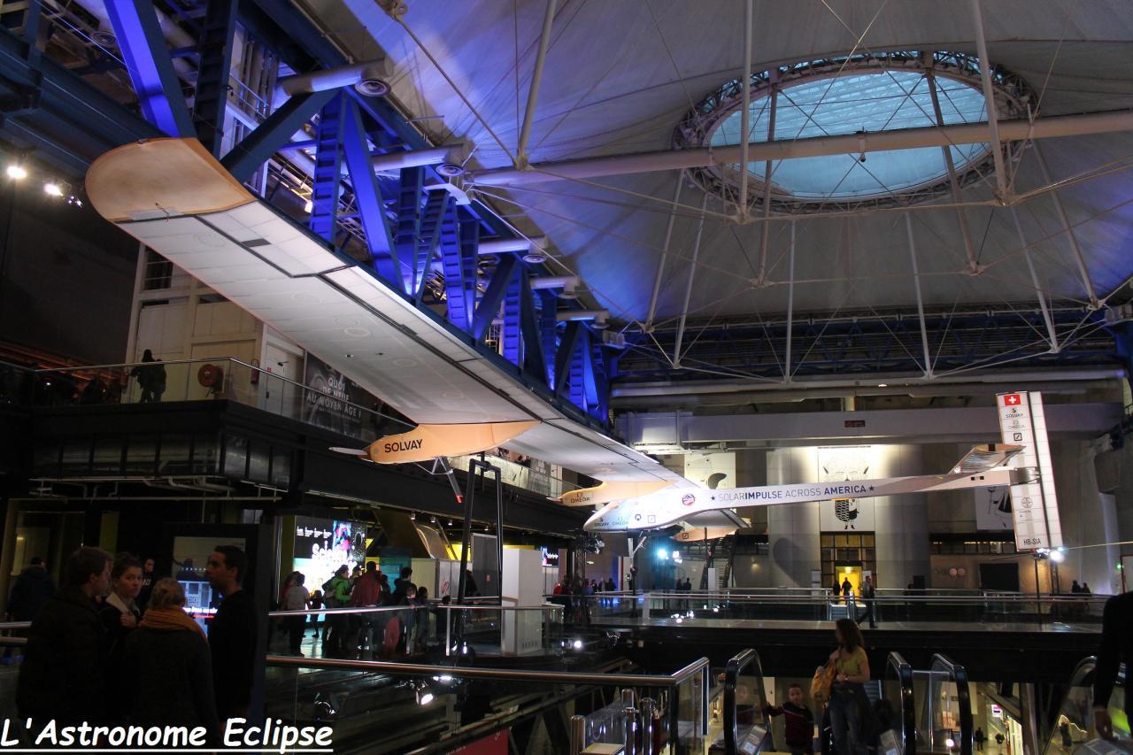 Dans le hall de la Cité, l'avion Solar-Impulse
